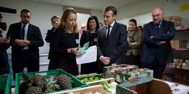 Emmanuel Macron, el pasado noviembre, visitando la ONG Los Restaurantes del Corazón, que tienen una campaña de reparto de alimentos a las personas más pobres.