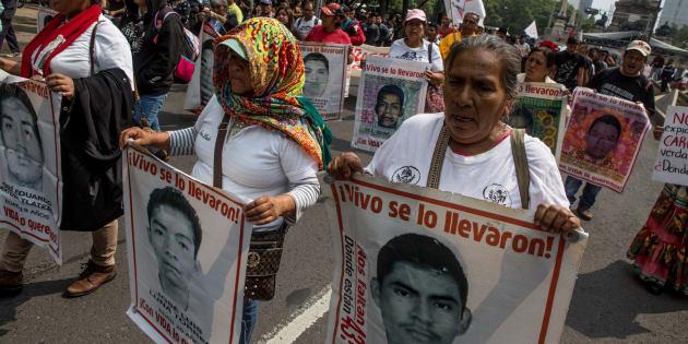 Familiares de los 43 normalistas desaparecidos, acompañados de estudiantes, organizaciones, músicos y sociedad civil, marchan por Paseo de la Reforma a 45 meses del crimen de estado para exigir justicia a las autoridades, el 26 de junio de 2018.