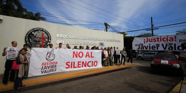 CULIACÁN, SINALOA, 15ENERO2018.- Tras ocho meses del asesinato del periodista Javier Valdez Cárdenas. Periodistas, activistas, académicos y amigos de él realizaron una caravana en manifestación para exigir justicia y un alto a la impunidad.