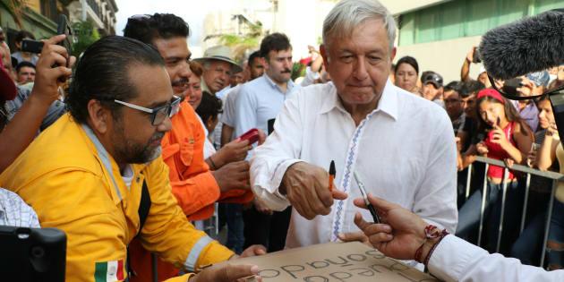 Andrés Manuel López Obrador hizo su segunda parada de la gira de agradecimiento el malecón de Mazatlán donde se reunió con miles de ciudadanos que asistieron a escuchar sus propuestas de su próximo gobierno.