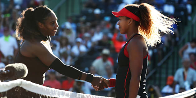 試合後、握手するセリーナ・ウィリアムズ(左)と大坂なおみ