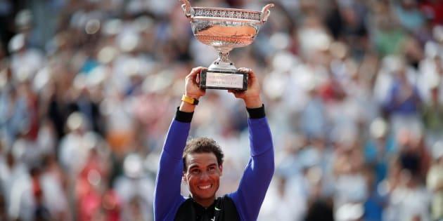 Rafael Nadal soulevant pour la dixième fois le trophée de Roland-Garros le 11 juin 2017.