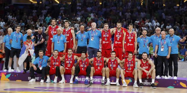 Los jugadores de Serbia posan con la medalla de plata del Eurobasket 2017.