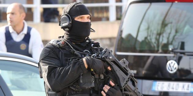 Un policier du RAID près du lycée Tocqueville de Grasse, le 16 mars 2017.