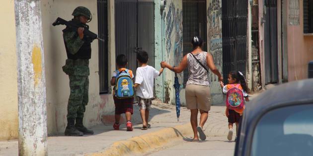 Soldados realizan un despliegue de seguridad en la primaria Francisco Sarabia en la colonia Ciudad Renacimiento, en la zona suburbana de Acapulco, el 25 de abril de 2018.