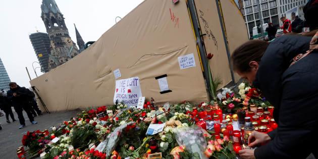 Le 20 décembre 2016, des fleurs et des affiches sont déposées à l'endroit où un camion a foncé sur la foule d'un marché de Noël à Berlin, en Allemagne.