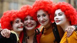 イギリスのマクドナルド従業員が初のストライキ ドナルドのコスプレで労働環境の改善を訴える