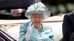 I ministri ripassano il protocollo in caso di morte, ma la Regina non ne vuole sapere (questo gesto lo