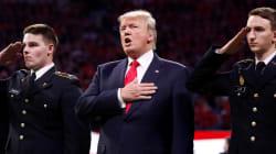 Trump hué avant l'hymne national lors d'un déplacement à