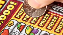 Une femme accepte de payer pour le mauvais billet de loterie et gagne 5 millions