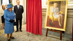 El nuevo retrato de la reina Isabel II presenta a un fiel compañero: su