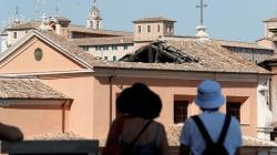 Crolla il tetto di una chiesa davanti al Foro