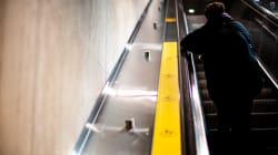 Elle refuse de tenir la rampe dans le métro et se retrouve en Cour