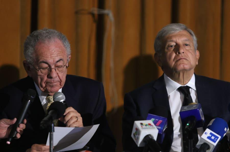 Andrés Manuel López Obrador y su equipo en conferencia de prensa para definir el futuro del nuevo aeropuerto el 17 de agosto de 2018.