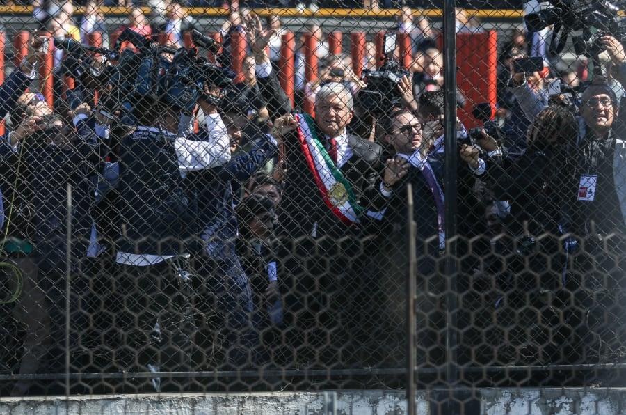 Andrés Manuel López Obrador, presidente Constitucional de los Estados Unidos mexicanos, durante su salida del recinto del Palacio de San Lázaro, en donde aprovechó para saludar a las personas que se reunieron del otro lado de la avenida Congreso, para felicitarlo.