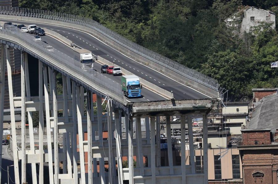 Vista general de los vehículos abandonados sobre el puente Morandi tras el derrumbe de unos 200 metros de la vía.