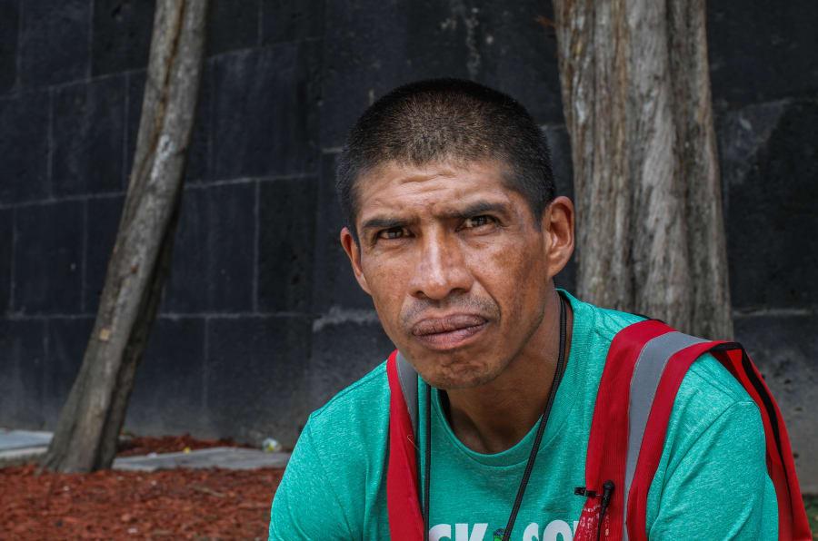 Francisco González Domínguez cuenta que cuando vives en un albergue se vuelve normal comer entre las heces y orines de los compañeros, los cuales piensan morir ahí, porque creen que ahí están bien.