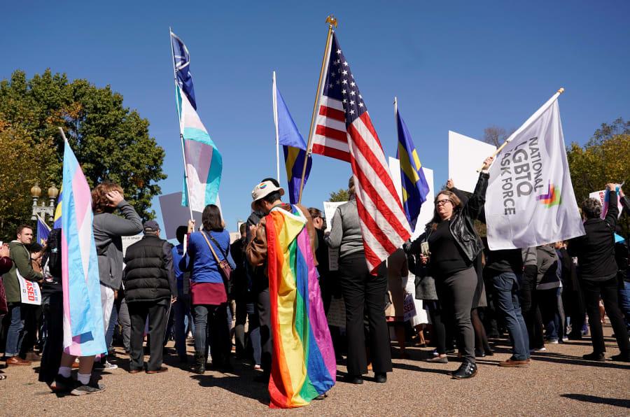 Activistas por los derechos de las personas trans se manifiestan afuera de la Casa Blanca en Washington contra las políticas del presidente Donald Trump.