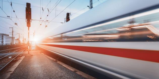 Prova a salire su un treno dal finestrino: cade, il convoglio lo investe e gli taglia le gambe