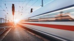 Prova a salire su un treno dal finestrino: cade, il convoglio lo investe e gli taglia le