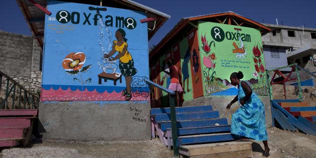 PUERTO PRÍNCIPE, HAITÍ - ENERO 2011: Un proyecto dirigido y financiado por Oxfam, en el campamento de campaña donde 55 mil haitianos desplazados viven en los terrenos de lo que fue el Club de Petionville en enero de 2011 en Puerto Príncipe , Haití.