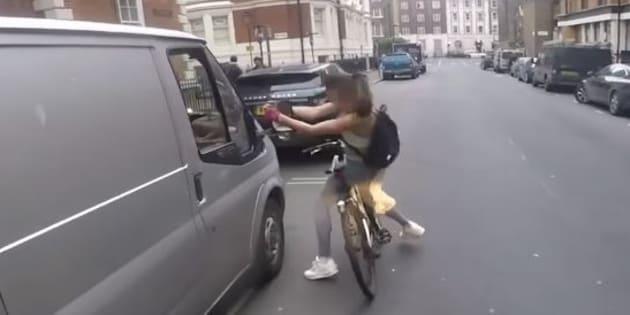 Une cycliste harcelée par un chauffard prend sa revanche