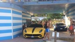 Balotelli parcheggia la Ferrari in spiaggia per evitare la