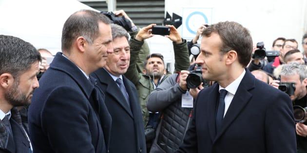 Le président de la République Emmanuel Macron salue le président du conseil exécutif corse Gilles Simeoni après la cérémonie d'hommage au préfet Claude Erignac.
