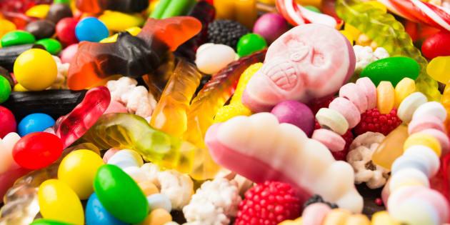 Présent dans les bonbons, les desserts, mais aussi les médicaments, le dioxyde de titane, aussi connu sous le nom d'additif E171, est un colorant accusé d'être cancérogène.