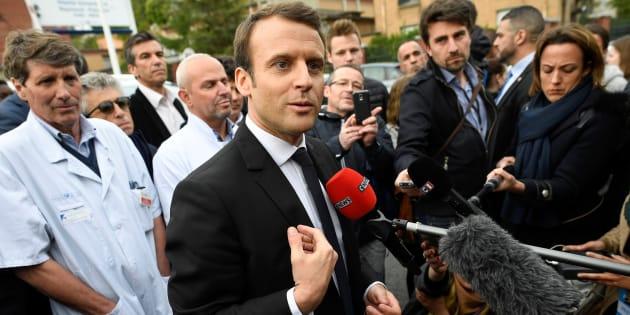 Emmanuel Macron face à des journalistes pendant la campagne présidentielle en avril 2017.
