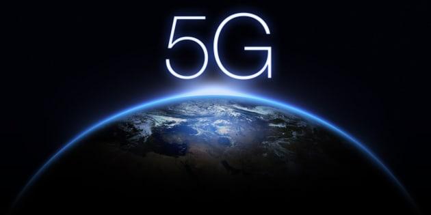 La popularisation du téléphone cellulaire s'accompagne d'un certain nombre d'inquiétudes au niveau de l'empreinte écologique et au niveau de la protection de la vie privée.
