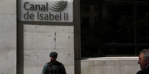 Un guardia civil custodia la puerta de la sede del Canal de Isabel II. REUTERS/Susana Vera
