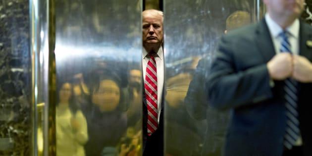 Le Président des Etats-Unis Donald Trump dans l'ascenseur de la Trump Tower à New York, après avoir rencontré le fils de Martin Luther King, Martin Luther King III, le 16 janvier 2017.
