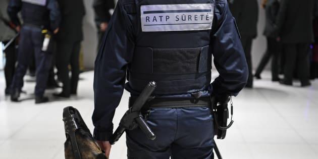 Un agent de sûreté RATP dans le métro parisien.