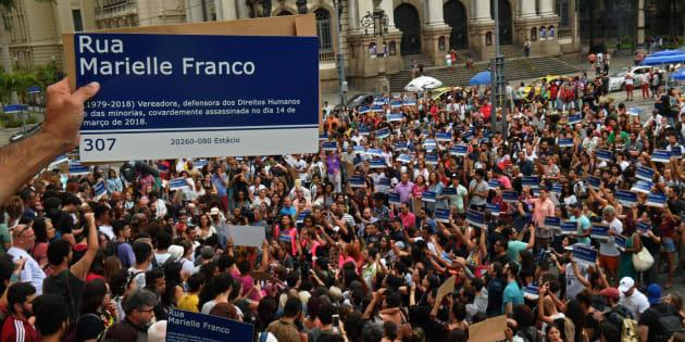 O ato – em estilo flashmob (mobilização pela internet) – reuniu mais de mil pessoas na Cinelândia.