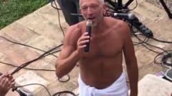Vincent Cassel chante une sérénade en serviette pour Tina