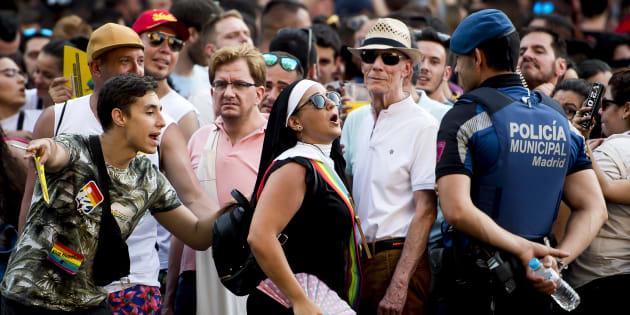 Una mujer habla a un agente municipal de Madrid, durante la edición del Orgullo Gay de este año.