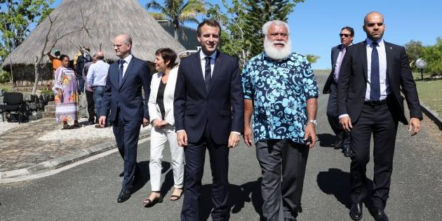 Emmanuel Macron et Paul Neaoutyine à Koné en Nouvelle-Calédonie le 4 mai 2018.