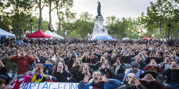 """Les participants de """"Nuit Debout"""" réclament le """"partage des richesses"""" durant l'une des assemblées générales du mouvement contre le projet de Loi Travail du gouvernement, Place de la République à Paris, le 15 mai 2016."""
