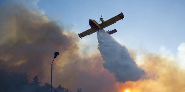 Un avion grec tente de maîtriser les flammes qui ravagent Haifa, en Israël, le 24 novembre 2016.
