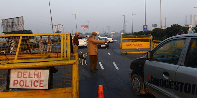 File photo of Delhi police at the border checking all the vehicles entering into the city from Noida.