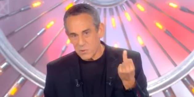 """""""Les terriens du dimanche"""": Thierry Ardisson répond à la polémique Squeezie avec un doigt d'honneur"""