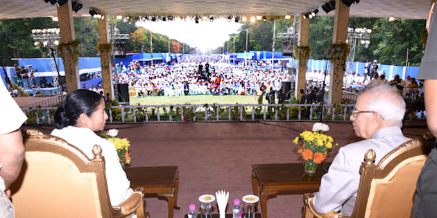 Mamata Banerjee (L) and West Bengal Bengal Governor Keshari Nath Tripathi during her swearing-in ceremony in Kolkata, India.