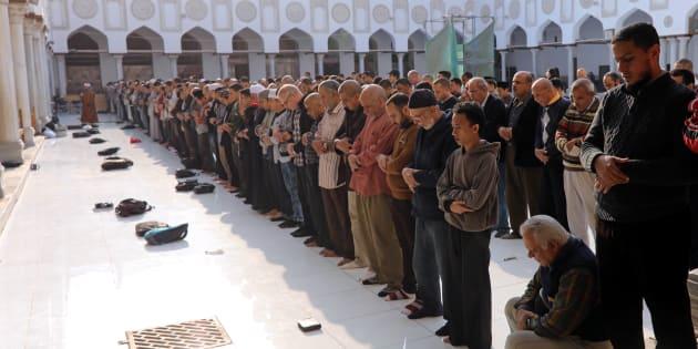 Des gens se recueille à la mosquée Al Azhar, au Caire, samedi. REUTERS/Mohamed Abd El Ghany