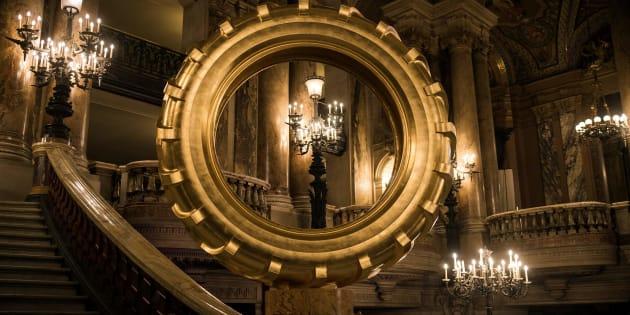 Ces pneus dorés dans l'opéra Garnier hérissent les poils de visiteurs.