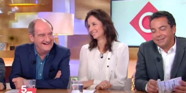"""Sur le plateau de """"C à vous"""" sur France 5, Alex Vizorek n'a pas hésité à remettre une couche sur les audiences en déclin d'Europe 1 face à un Patrick Cohen quelque peu agacé par la situation."""