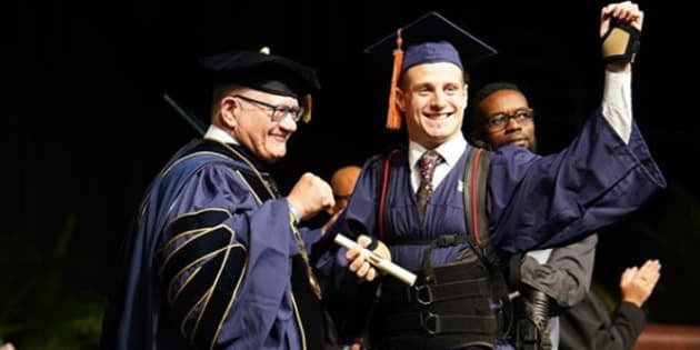 Grâce à son exosquelette et de nombreuses heures d'entraînement, cet étudiant tétraplégique a réussi à marcher sur la scène de la remise des diplômes.