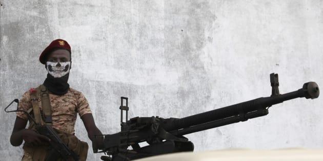 Un soldado yemení aguarda en su barricada la llegada de rebeldes hutí.