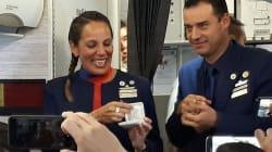 Chiedono la benedizione a Papa Francesco lui sposa (a sorpresa) l'hostess e lo steward in