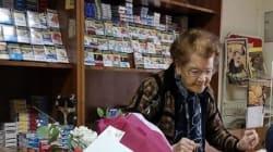 Tabaccaia di 90 anni mette in fuga un rapinatore e lo fa arrestare nel